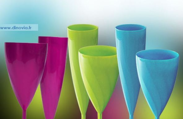 verre jetable bleu, magenta, violet et vert