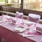 Des flutes champagne sur une belle table de mariage